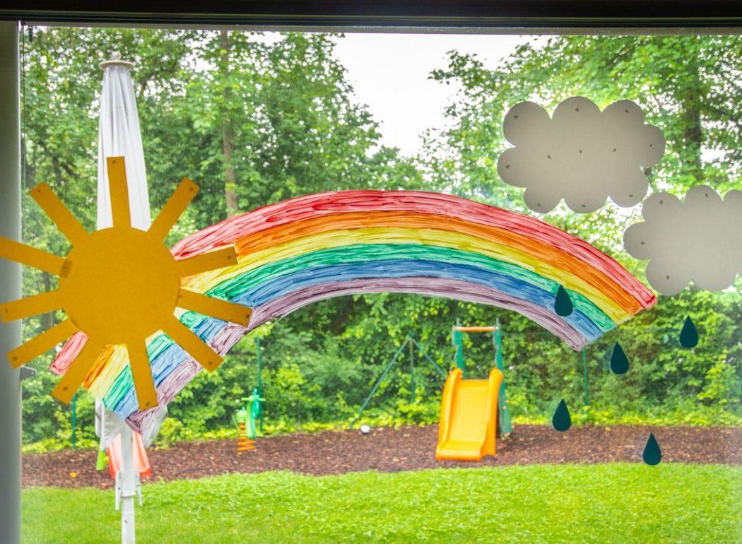 Gebastelter Regenbogen mit Sonne und Wolken