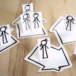 Gebastelte Figuren zeigen Corona-Regeln