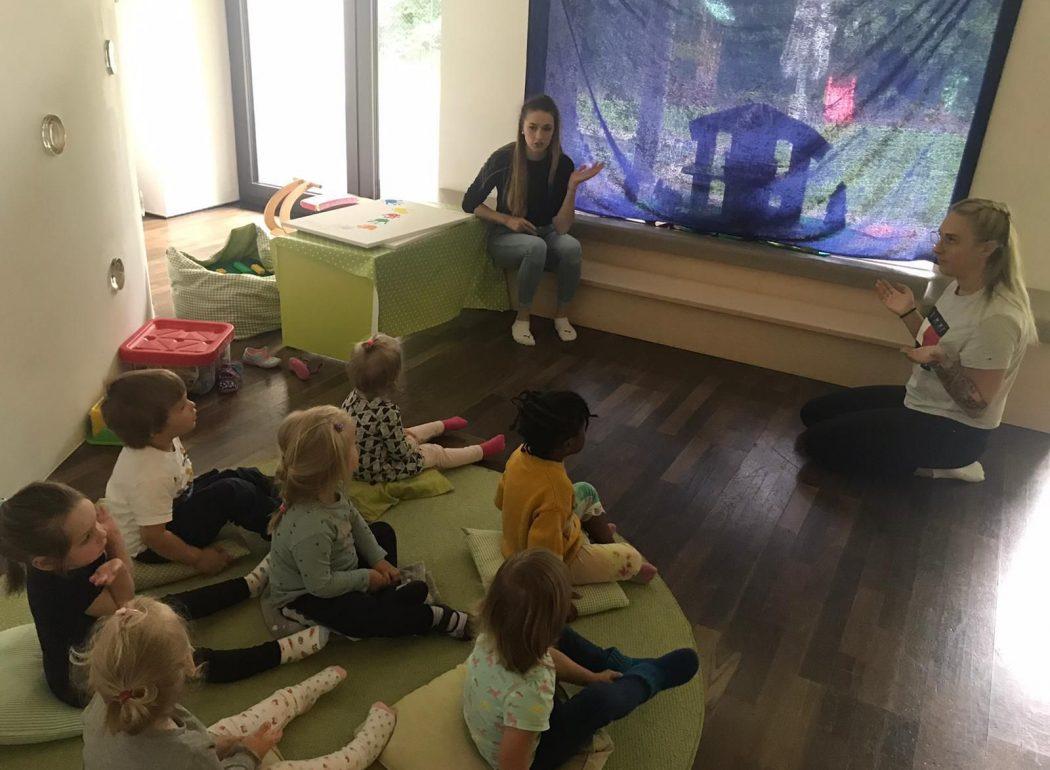 Kinder bekommen ein Märchen erzählt