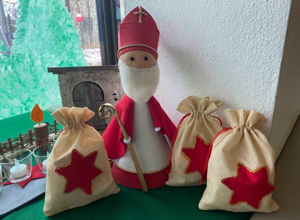 Ein selbstgebastelter Nikolaus mit den Nikolaussäckchen