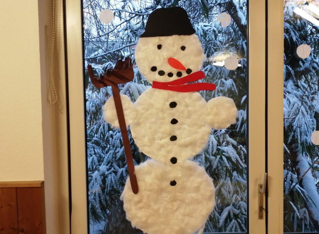 Ein lustiger Schneemann aus Watte