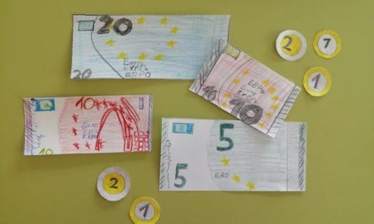 Gelscheine und Münzen von Kindern gezeichnet