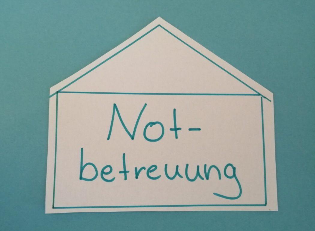 """Haus mit Aufschrift """"Notbetreuung"""""""