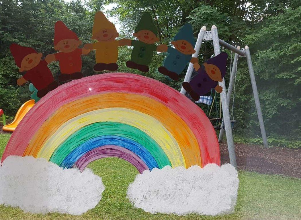 Bunte Farbzwerge und ein Regenbogen